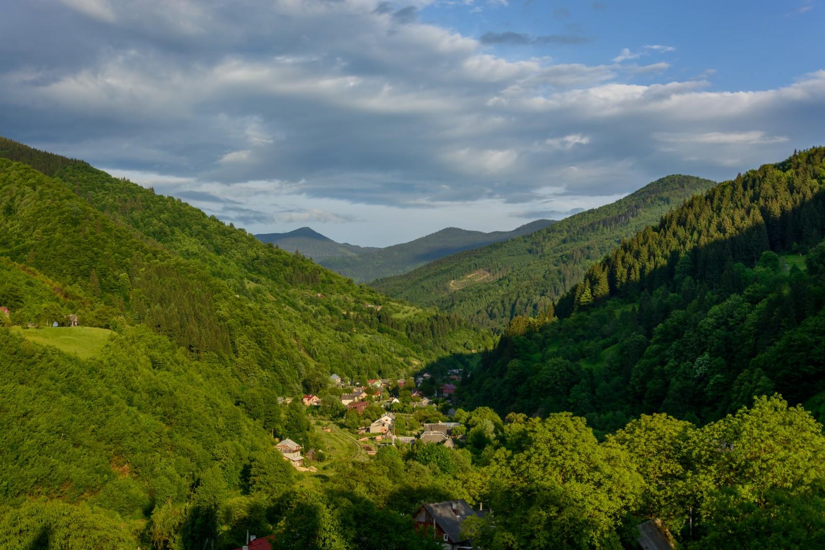 Widok na dolinę wsi Kostylivka