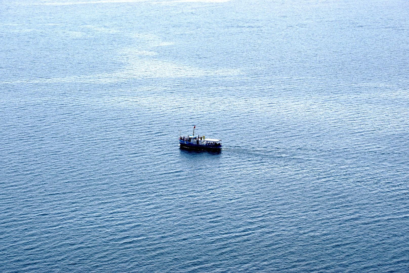 Widoki na stateczek na Jeziorze Sewan