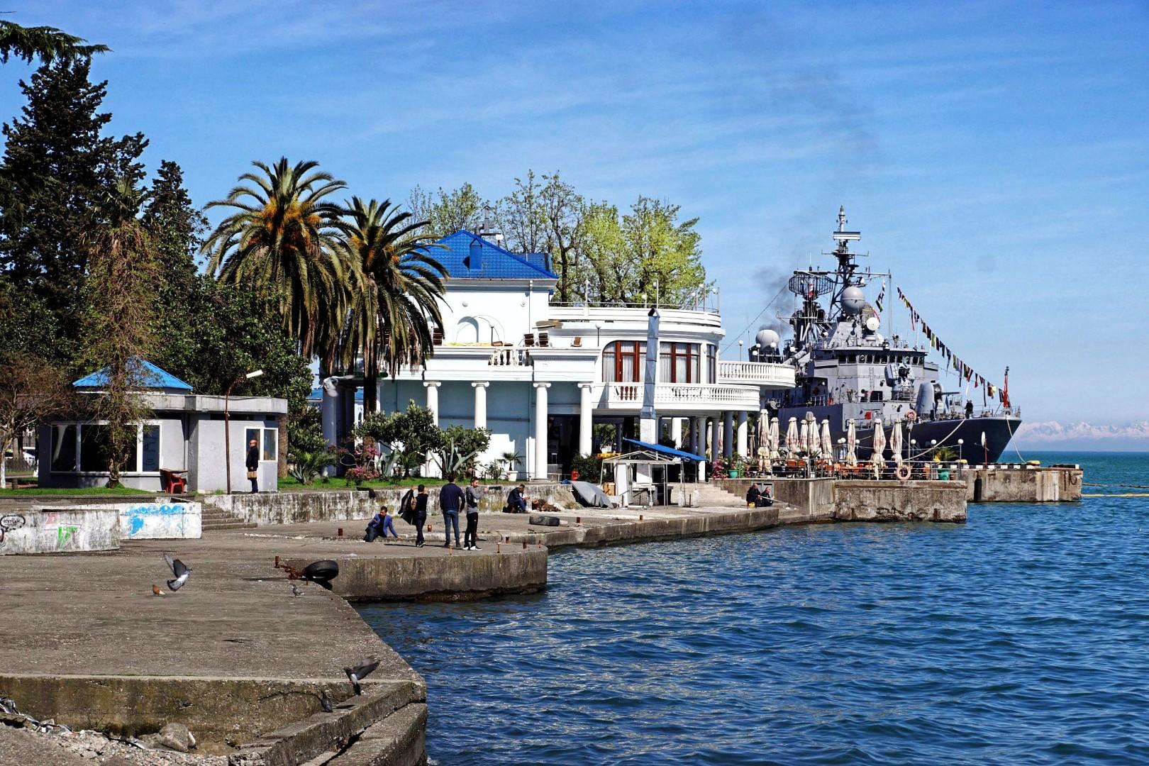 Atrakcje Batumi rozpoczynamy od portu i Morza Czarnego