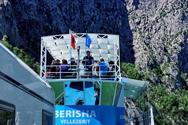 Prom Berisha Ferry na Jeziorze Komani