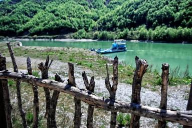 Brzegi Jeziora Komani