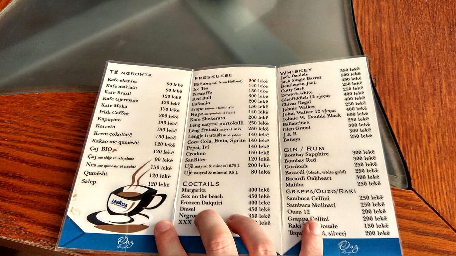 Menu wraz z cenami w albańskiej kawiarni