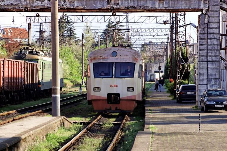 Elektryczka do Batumi podstawia się na peron dworca Kutaisi I w marcu 2018 roku