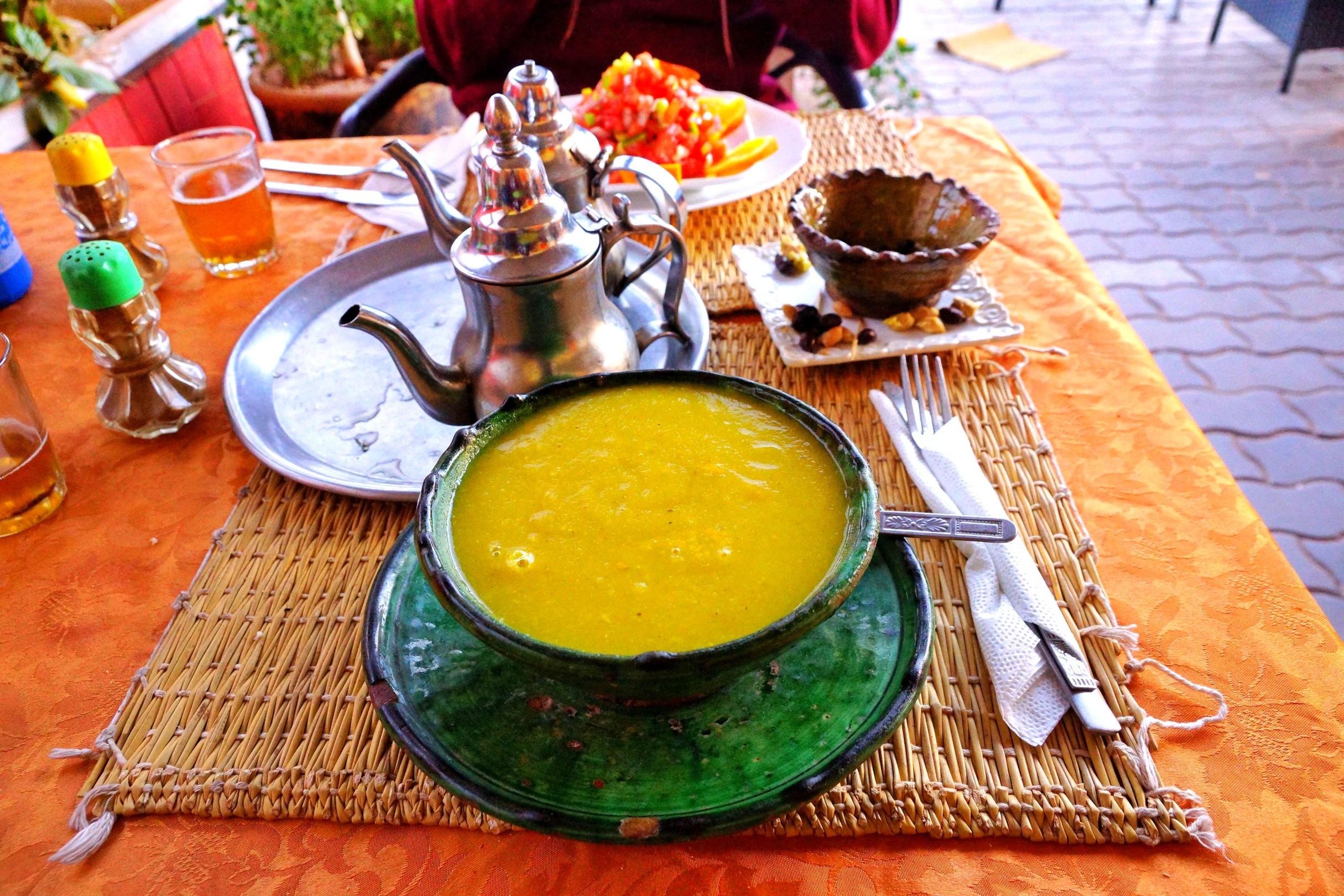 Fantastyczna zupa krem z jarzyn za 10 MAD (4 zł), marokańska herbata oraz w tle świetna sałatka za 15 MAD (6 zł). Kuchnia marokańska Wam się naprawdę spodoba.