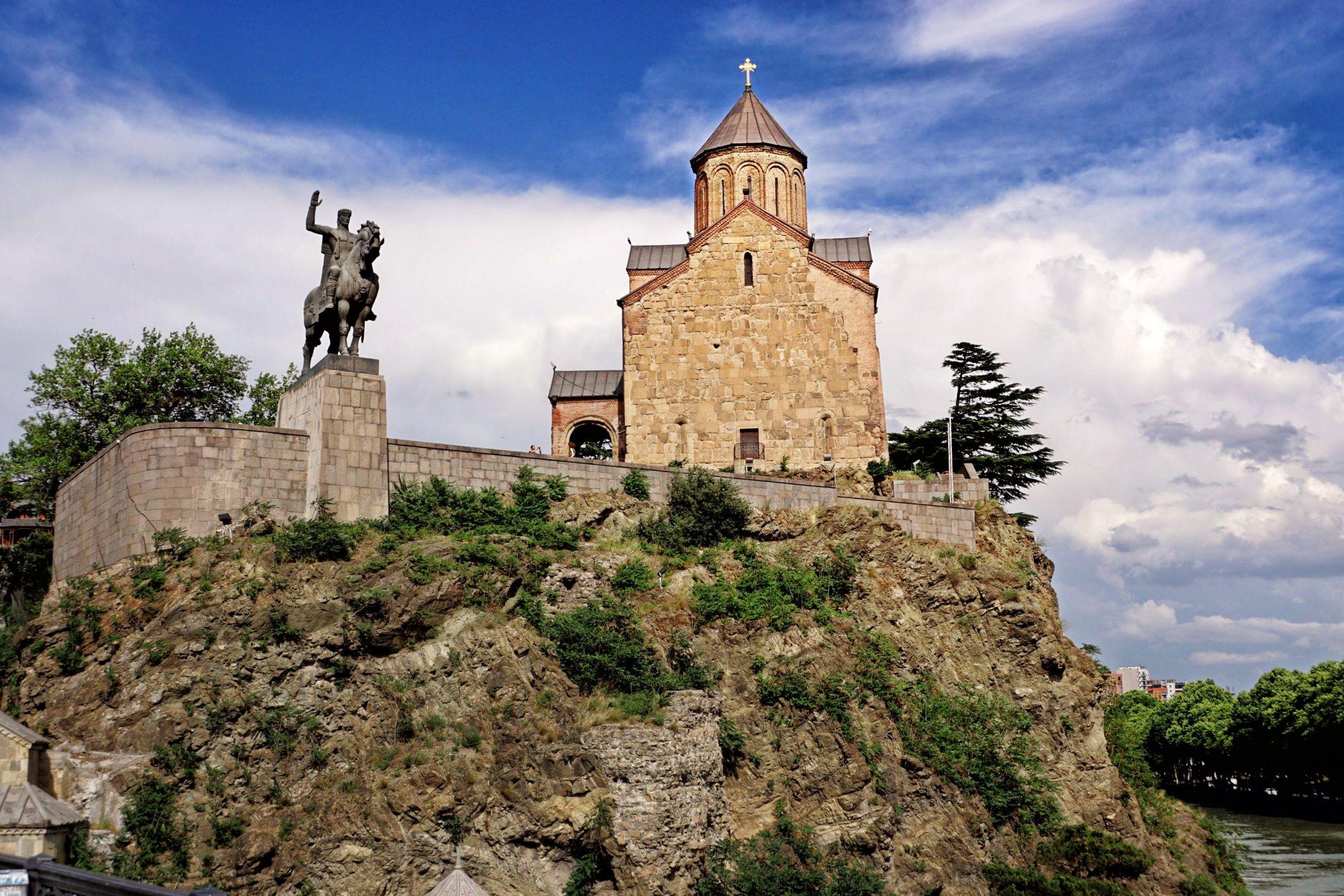 Kościól Metechii a obok pomnik Wachtanga Gorgasaliego
