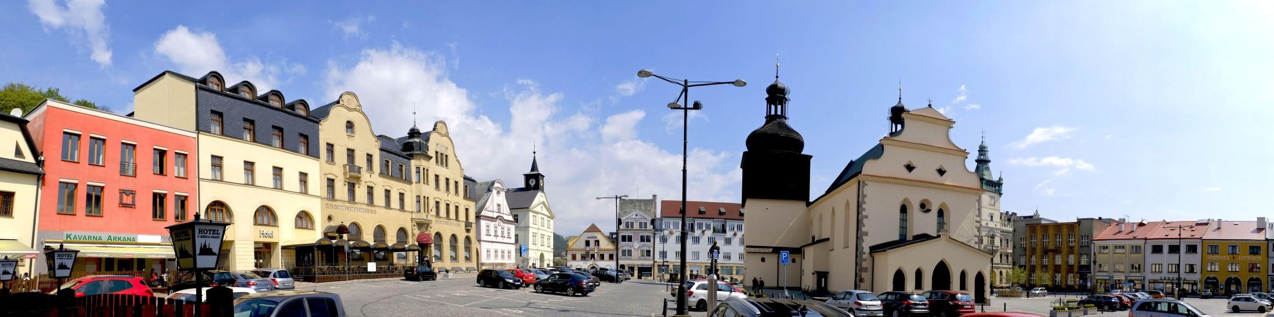Nachod i rynek w Nachodzie w wiosennej panoramie