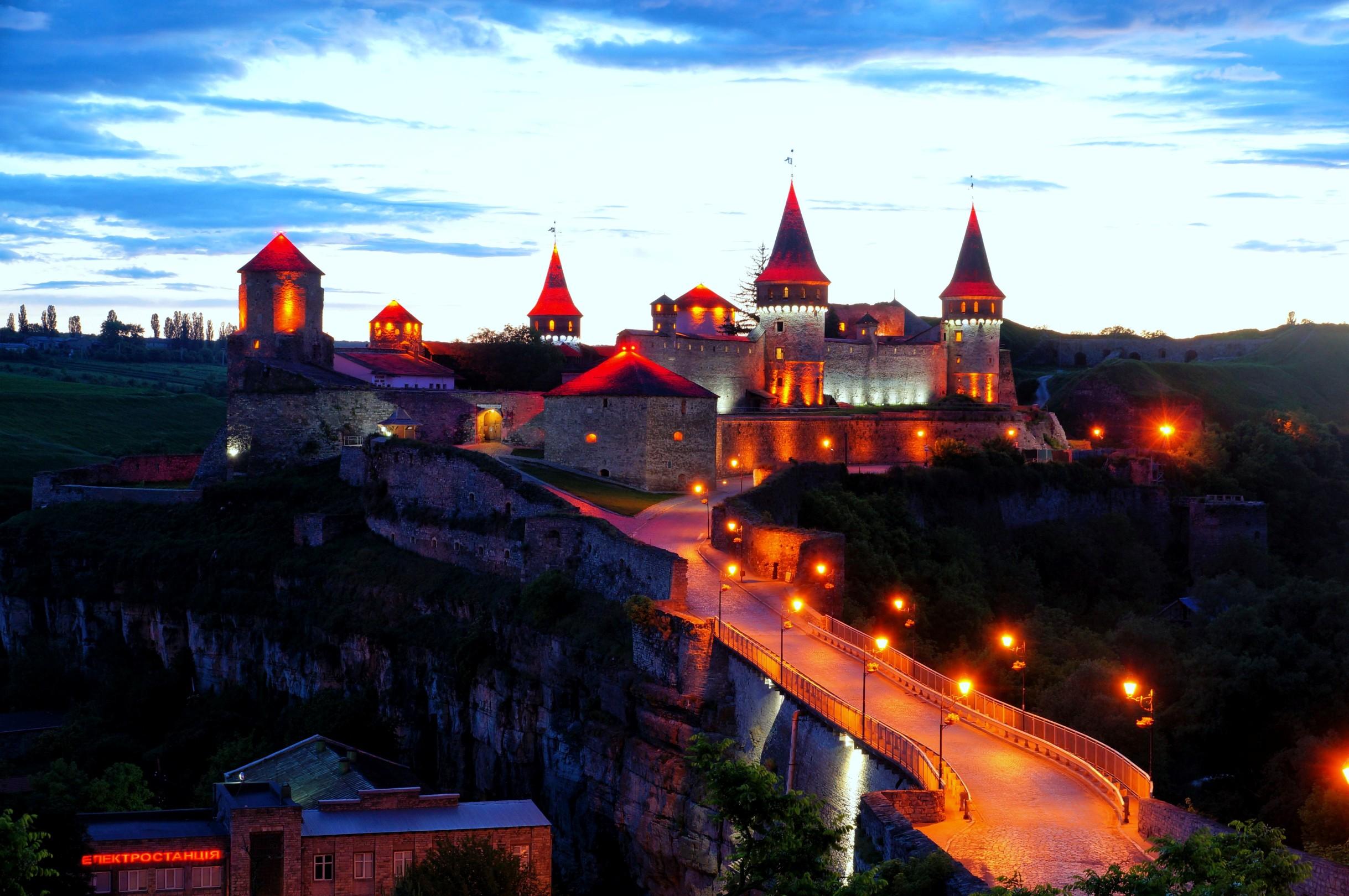 Zamek w Kamieńcu Podolskim nocą