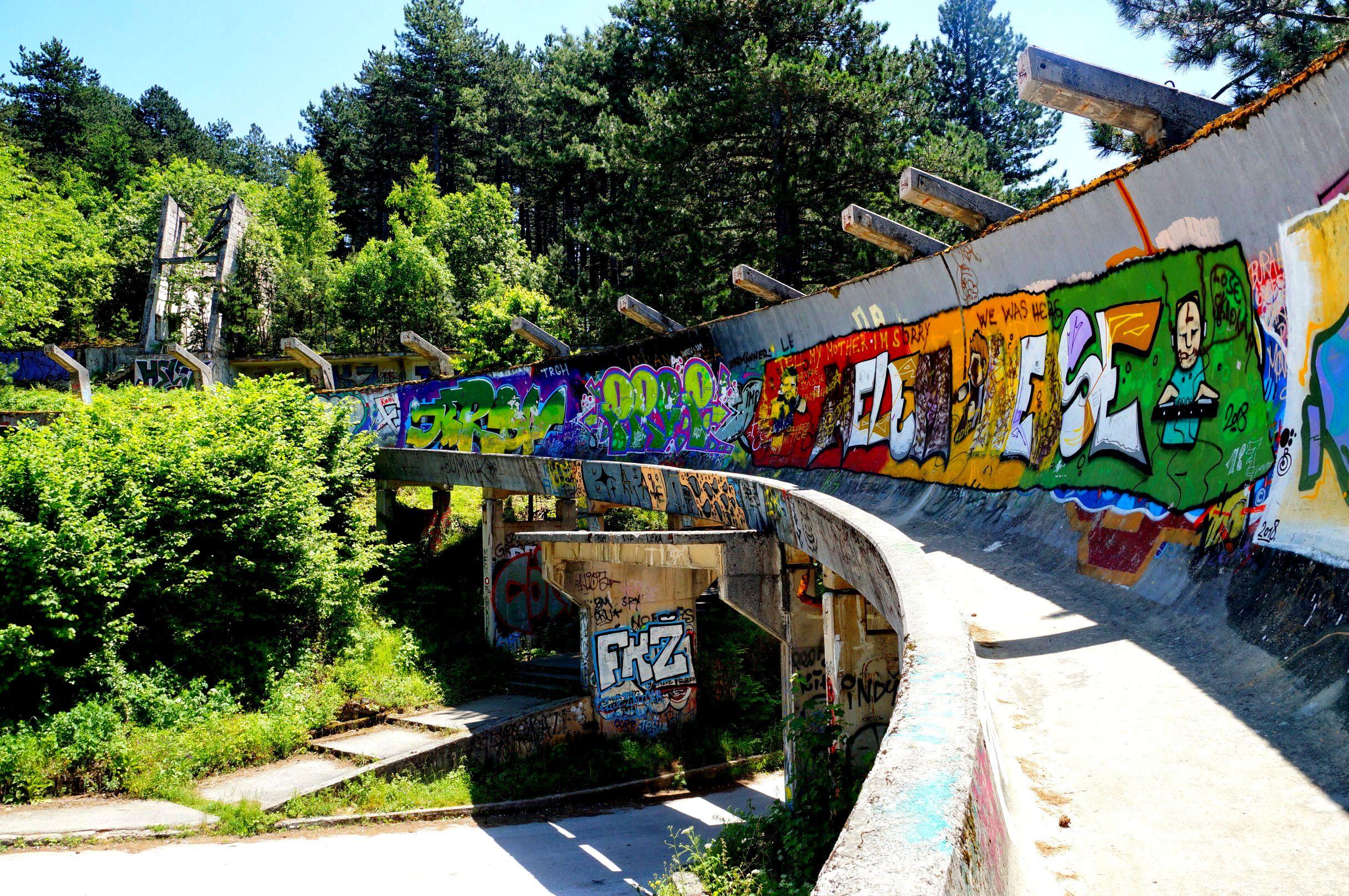 Zniszczony tor saneczkkowo-bobslejowy w Sarajewie