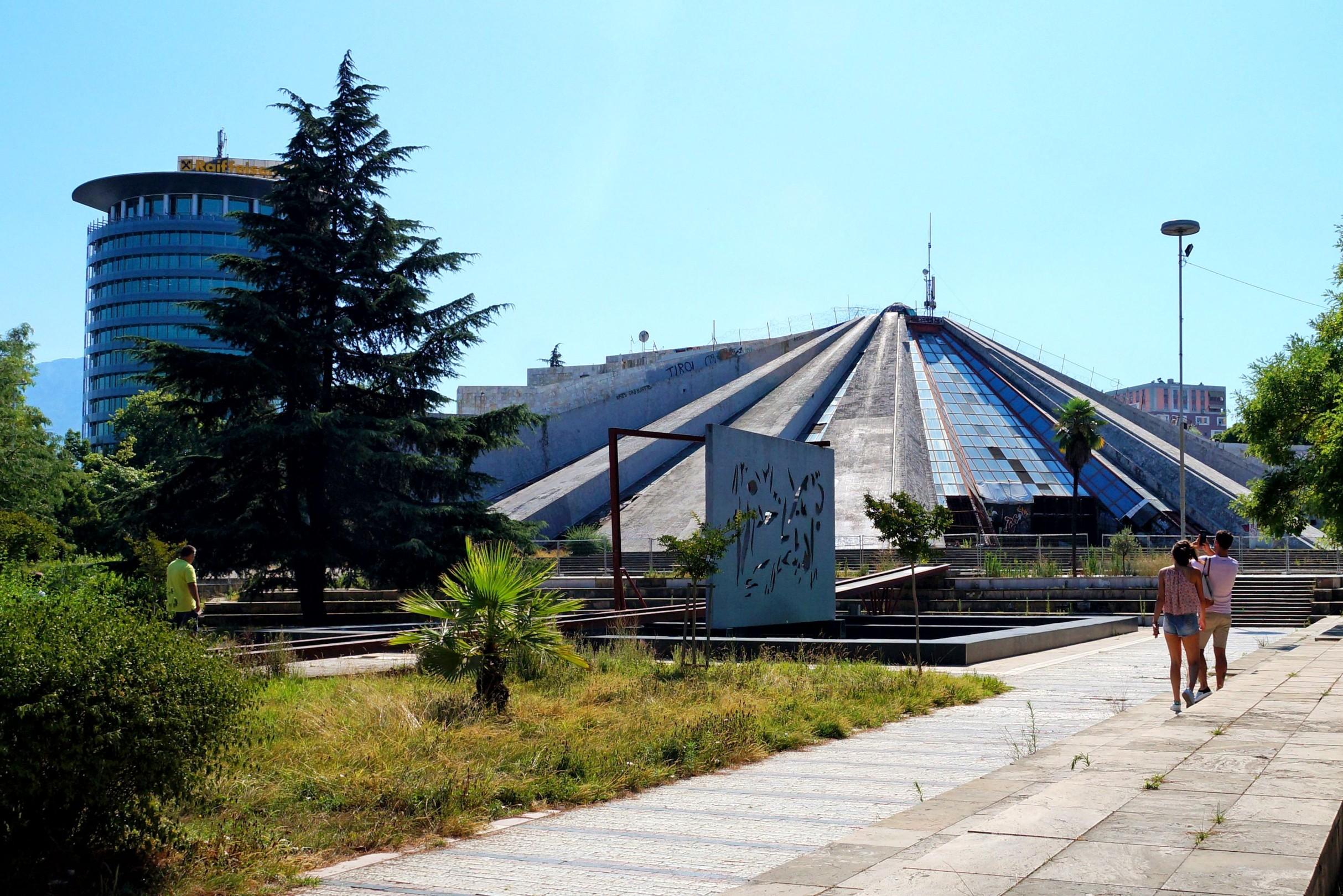 Szklana piramida w Tiranie